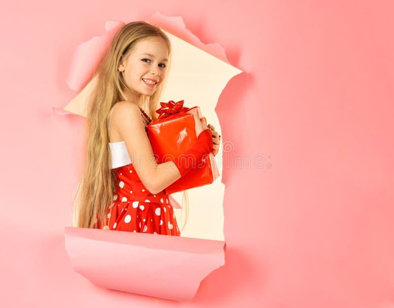 Счастливая подарочная коробка отверстия девушки ребенка, космос экземпляра стоковое фото