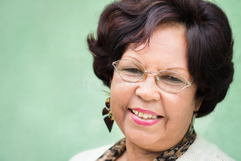 Счастливая пожилая черная повелительница с усмехаться eyeglasses стоковые изображения