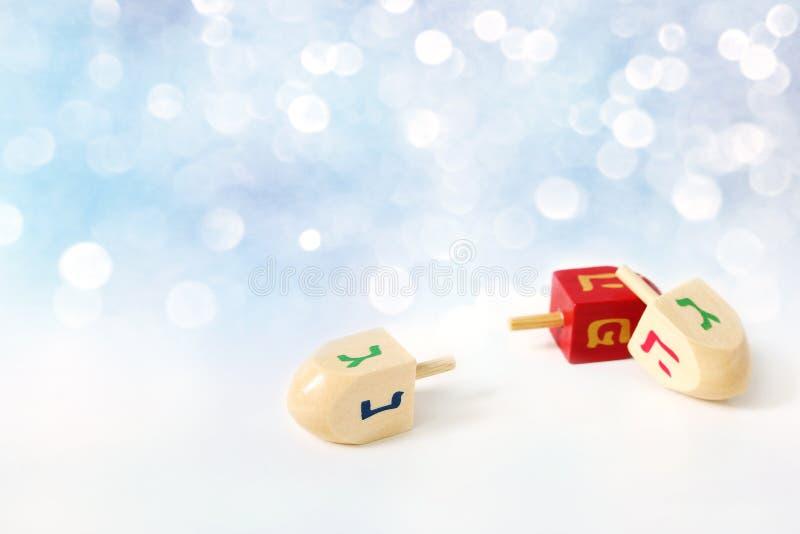 Счастливая поздравительная открытка Хануки, символы праздника фестиваля огней приглашения традиционные еврейские Деревянные игруш стоковое фото rf