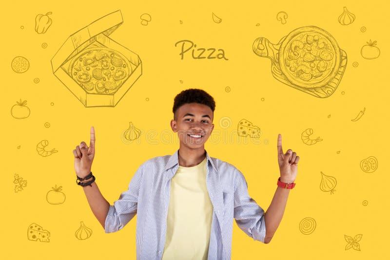 Счастливая поставка еды рекламы кельнера и указывать к пицце стоковое фото rf