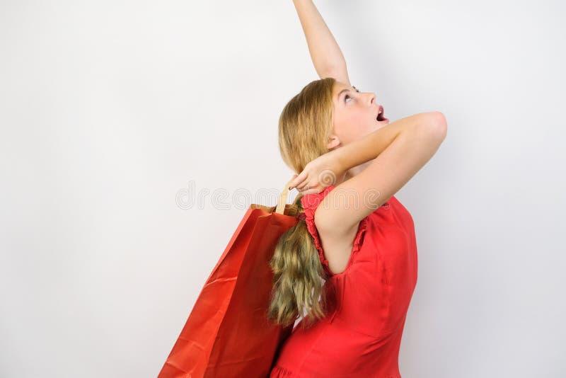 Счастливая предназначенная для подростков девушка с хозяйственной сумкой стоковое изображение