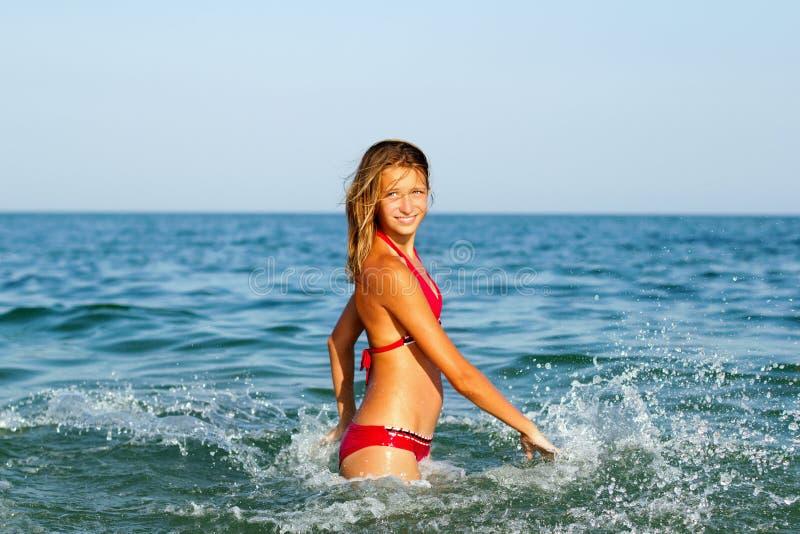 Счастливая предназначенная для подростков девушка стоковое изображение rf
