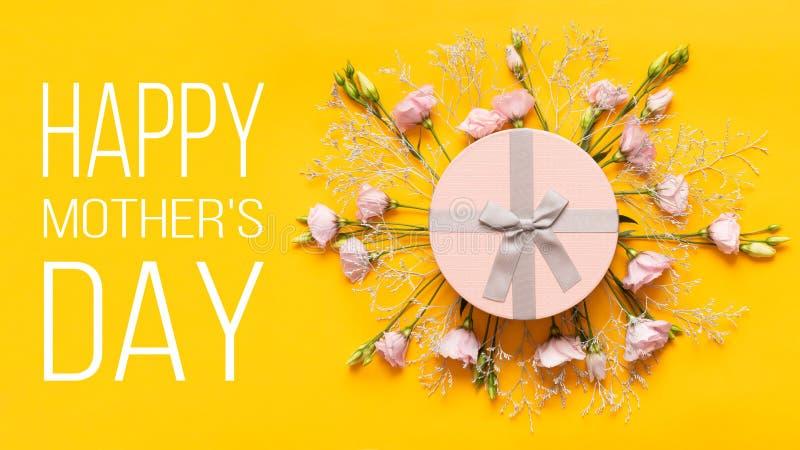 Счастливая предпосылка дня ` s матери Яркая желтая и пастельная розовая покрашенная предпосылка дня матери Плоская поздравительна стоковые фото