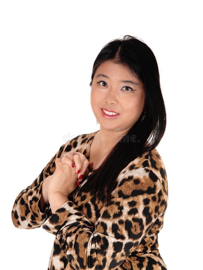 Счастливая прекрасная китайская женщина с черными волосами стоковые фото