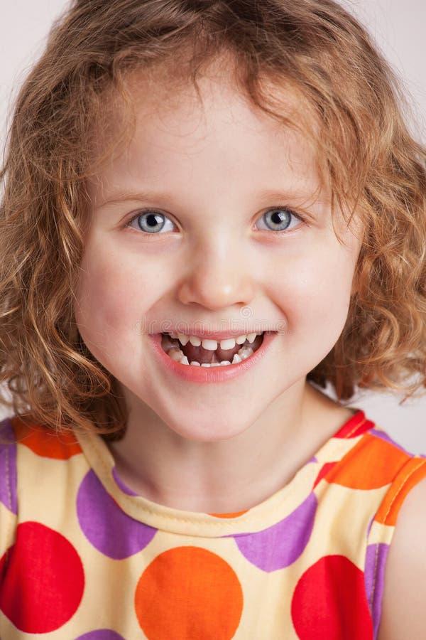 Счастливая прелестно курчавая маленькая девочка стоковая фотография rf