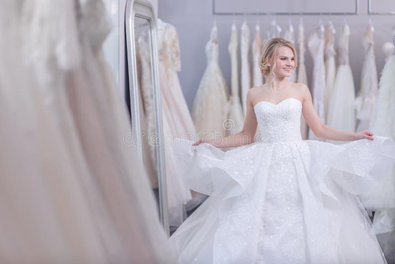 Счастливая привлекательная женщина в белом платье стоковые фото