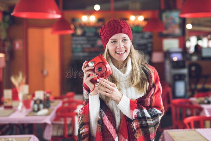 Счастливая привлекательная женщина с красным поляроидом стоковое изображение