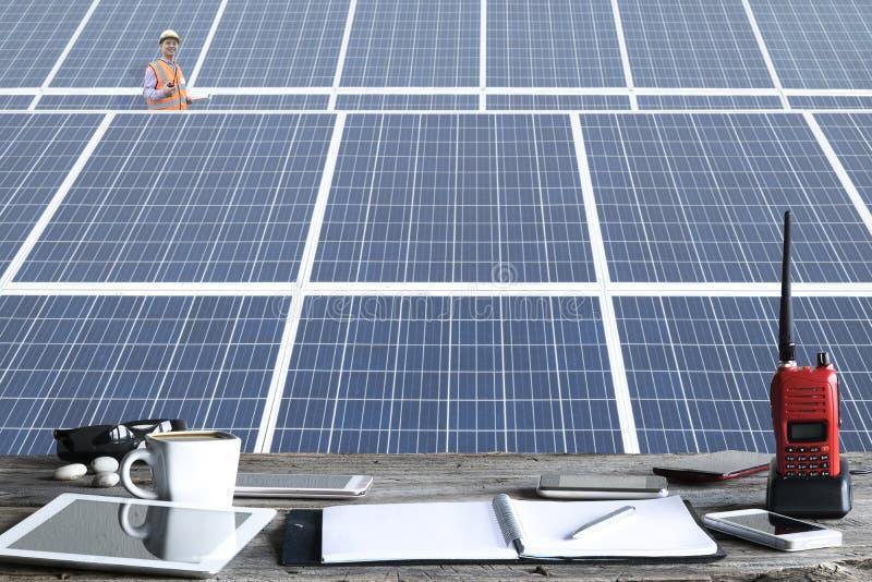 Счастливая работа, панели солнечной станции фотовольтайческие стоковые фотографии rf