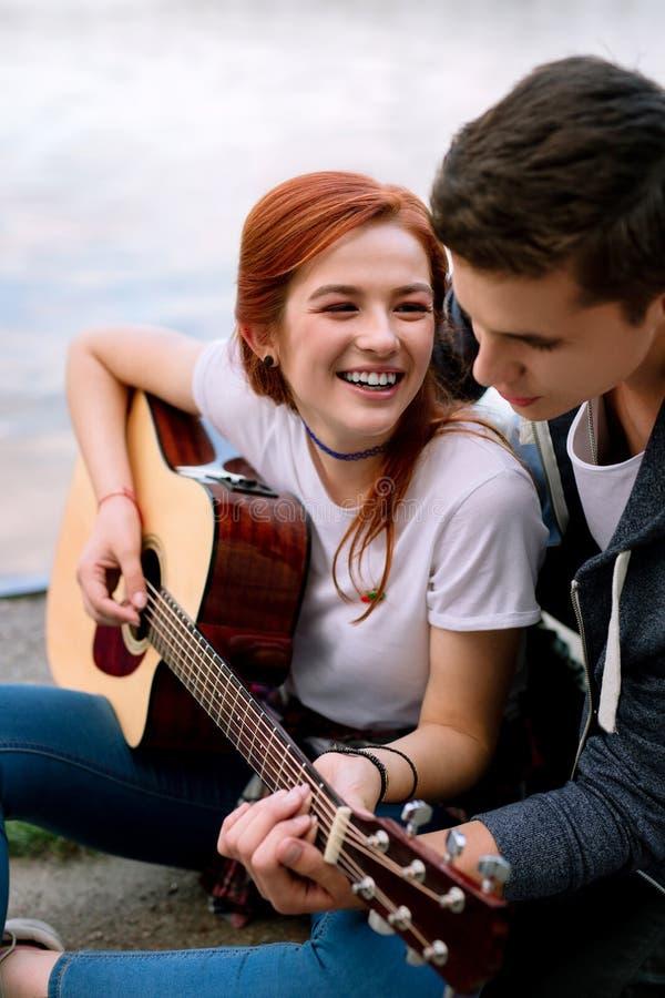 Счастливая радостная женщина играя дату музыки романтичную стоковое изображение rf