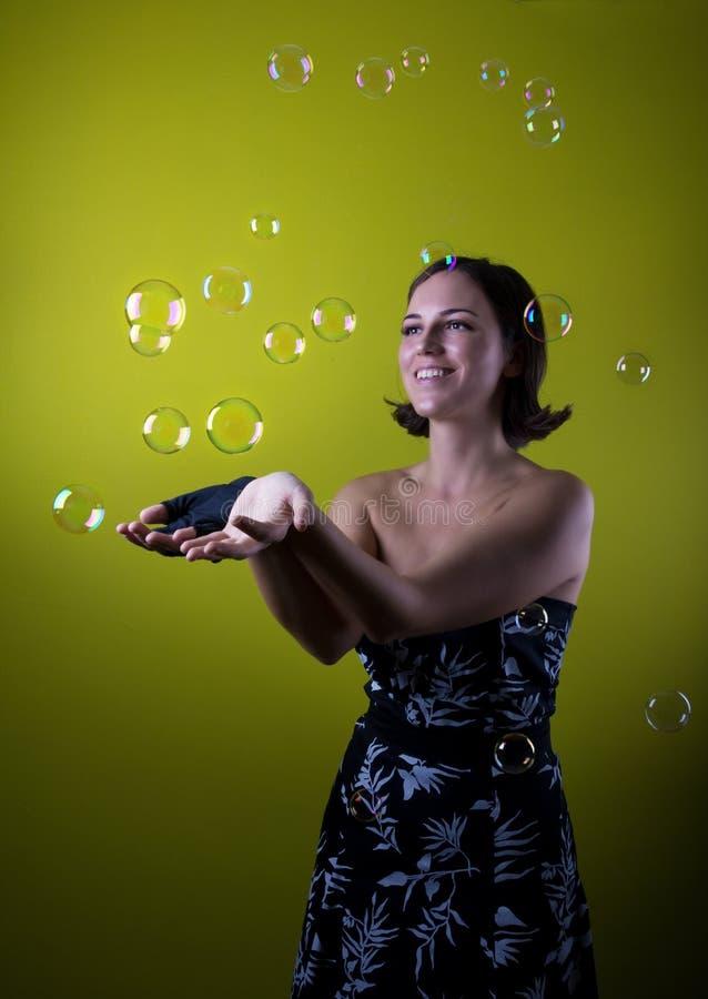 Счастливая ретро девушка играет с пузырями стоковые изображения rf