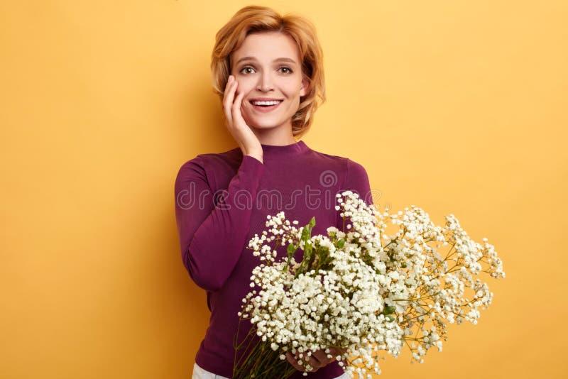 Счастливая романтичная белокурая девушка радуется в настоящее время от супруга стоковая фотография rf