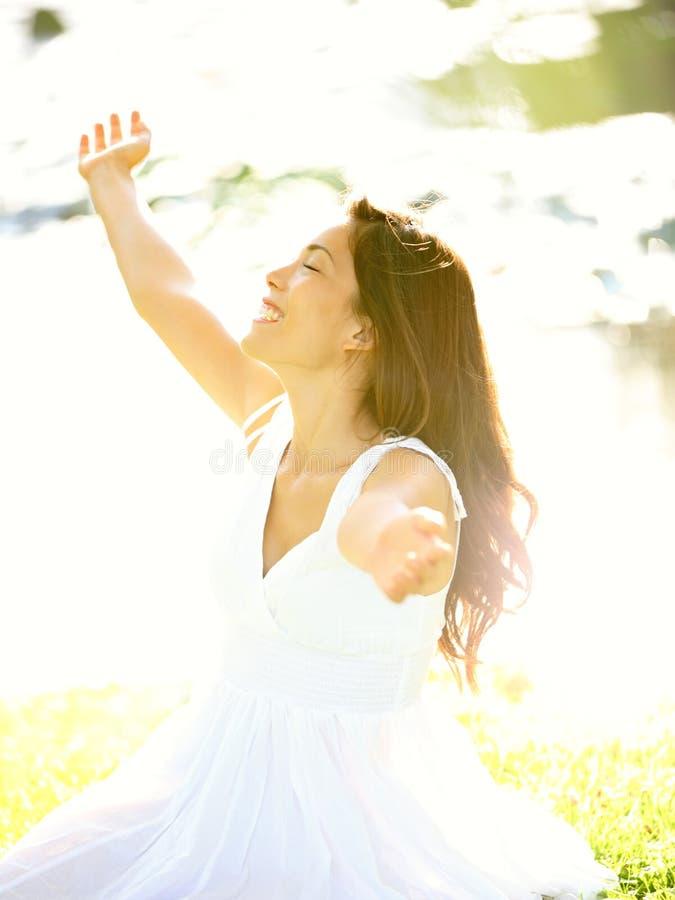 Счастливая свободная женщина стоковая фотография rf