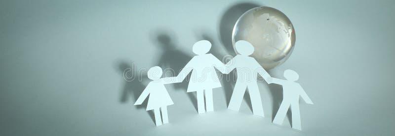 Счастливая семья бумажных людей стоя около стеклянного глобуса стоковое изображение