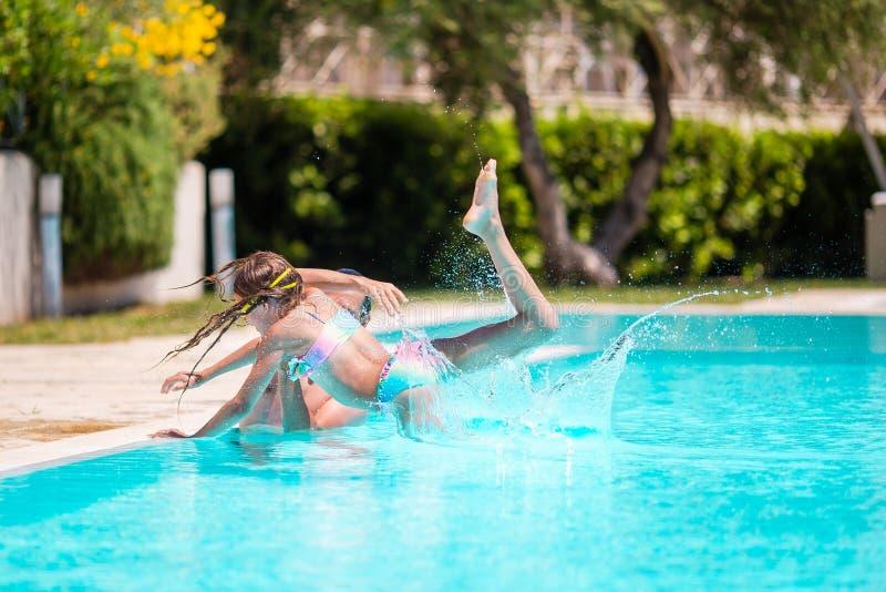 Счастливая семья весело проводит время вместе в открытом бассейне стоковое фото