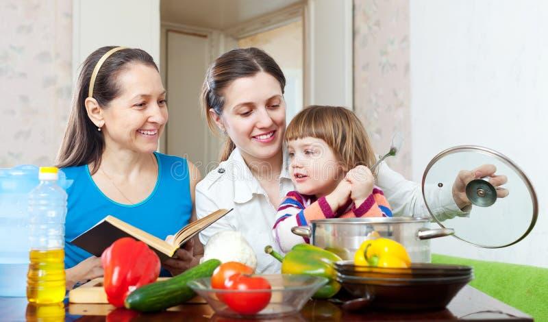 Счастливая семья вместе с овощами в кухне стоковое изображение rf