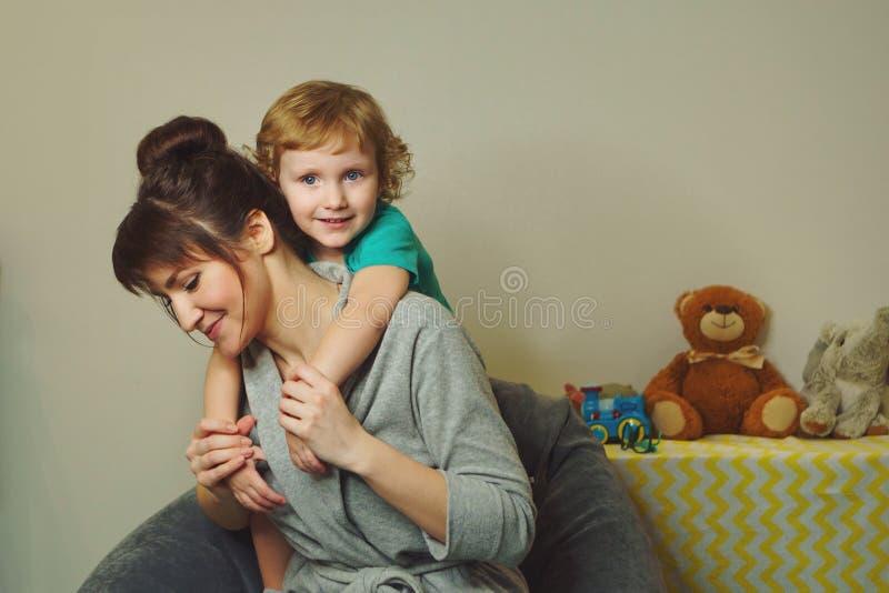 Счастливая семья времени совместно стоковые фото