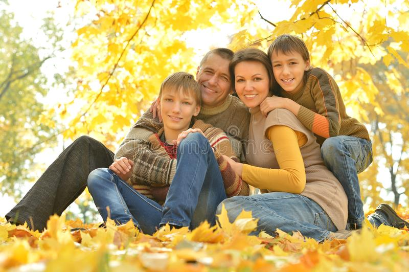 Счастливая семья в лесе осени стоковое изображение