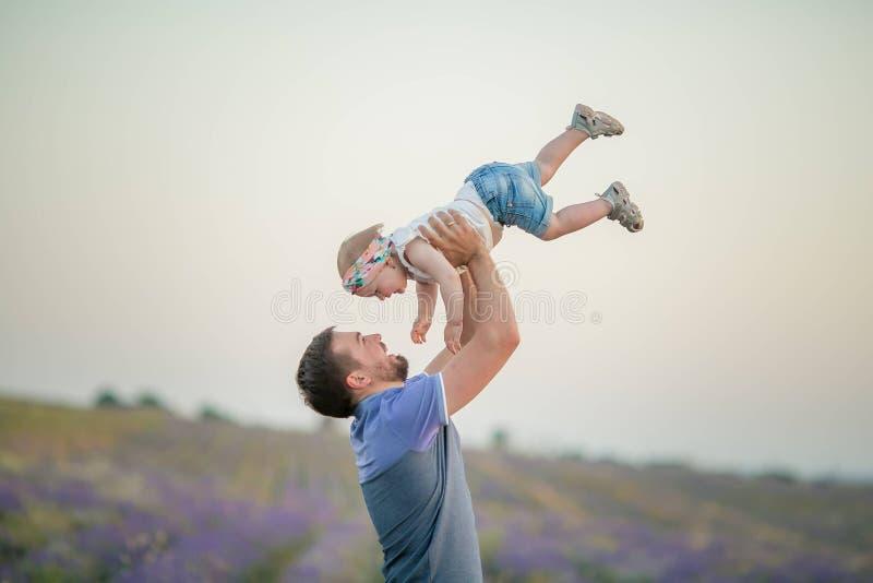 Счастливая семья в природе лета Ребенок папы, мамы и сына летая змей стоковое фото rf
