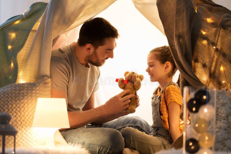 Счастливая семья играя с игрушкой в шатре детей дома стоковые фото