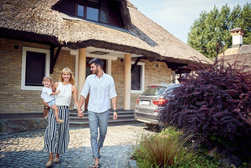 Счастливая семья идя для прогулки стоковые изображения