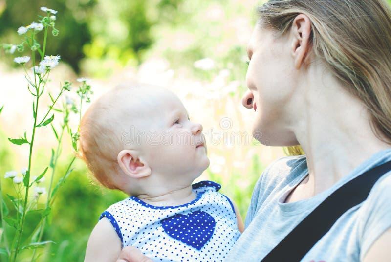 Счастливая семья имеет потеху совместно outdoors стоковые фотографии rf