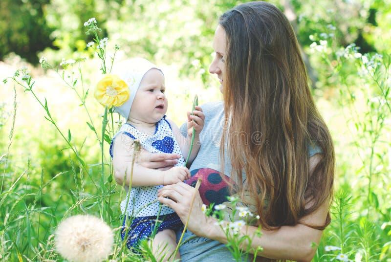 Счастливая семья имеет потеху совместно outdoors стоковая фотография