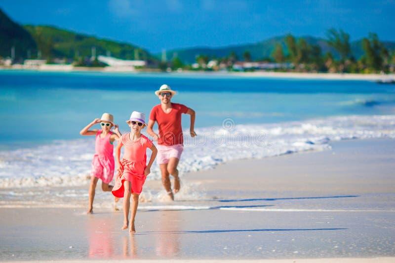 Счастливая семья имея потеху во время каникул пляжа лета стоковое изображение rf