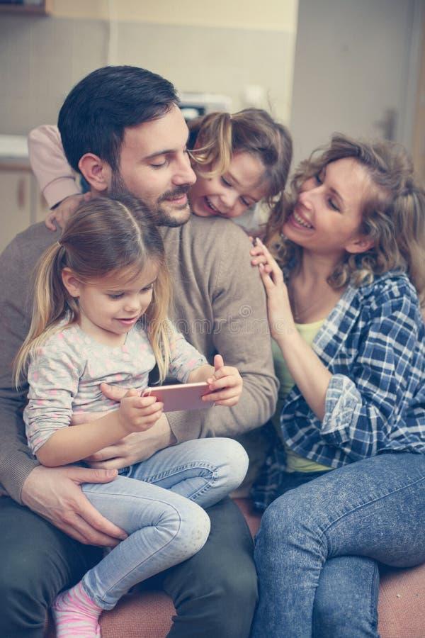 Счастливая семья наслаждается дома стоковое изображение