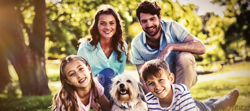 Счастливая семья наслаждаясь в парке стоковая фотография