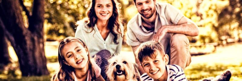 Счастливая семья наслаждаясь в парке стоковое изображение rf