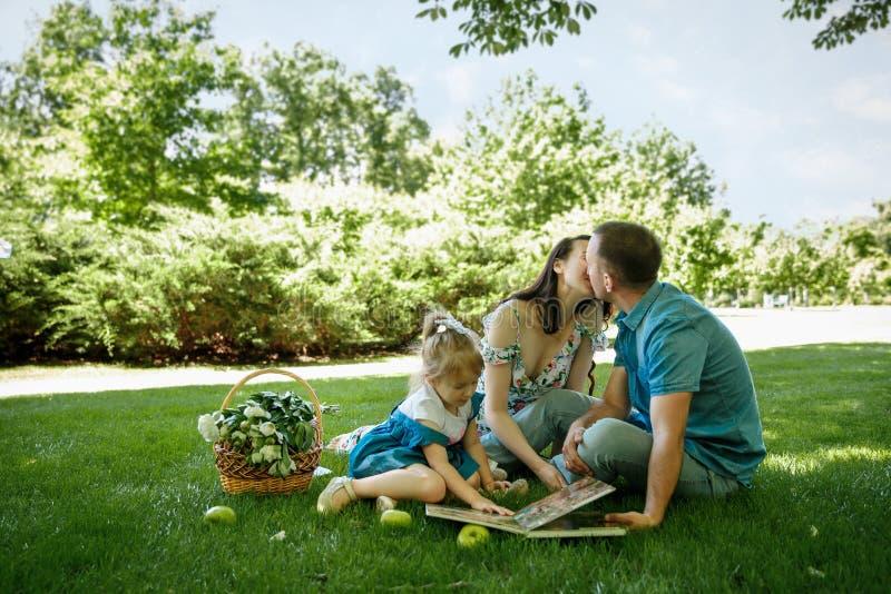 Счастливая семья наслаждаясь пикником в природе стоковые фото
