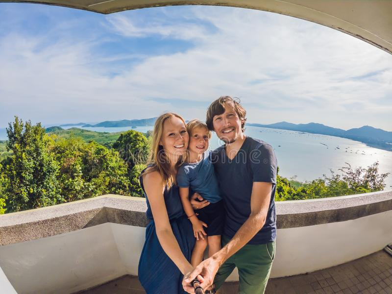 Счастливая семья на панораме ландшафта пляжа предпосылки тропической Красивый океан бирюзы отказывается со шлюпками и песочный стоковое изображение