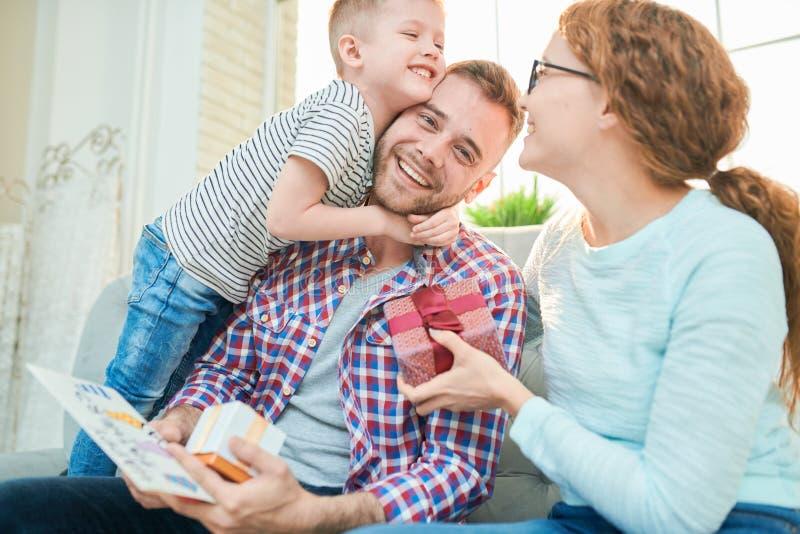 Счастливая семья празднуя день отцов стоковая фотография
