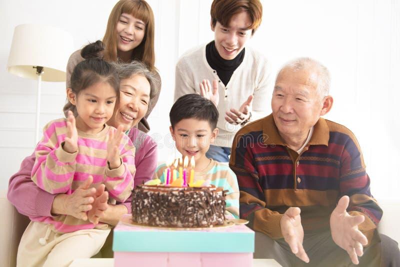 Счастливая семья празднуя день рождения ребенка стоковые изображения