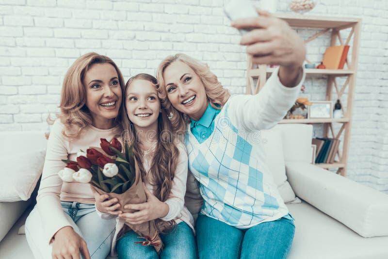 Счастливая семья принимая Selfie на дне рождения дочери стоковая фотография rf