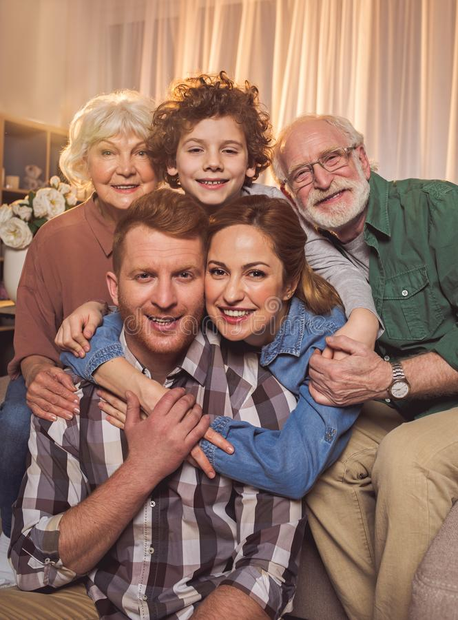 Счастливая семья пришла совместно в квартиру стоковые фото