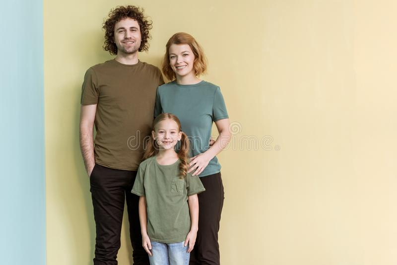 счастливая семья при один ребенок стоя совместно и усмехаясь стоковая фотография rf