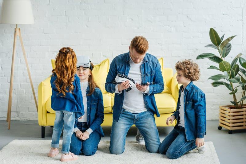 Счастливая семья с открывать детей виртуальный стоковые фото