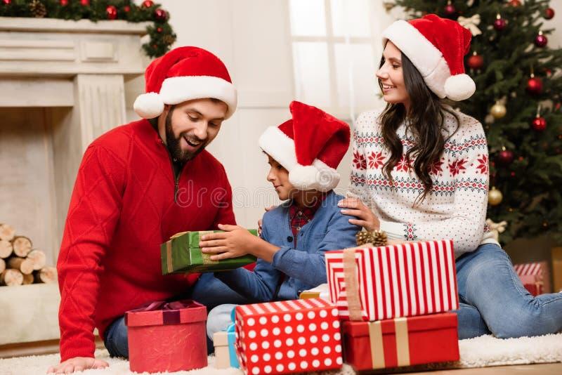 Счастливая семья с подарками на рождество стоковые изображения rf