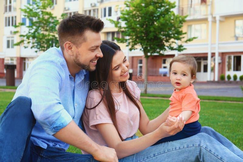 Счастливая семья с прелестным маленьким младенцем стоковые фото