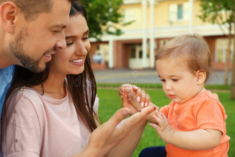 Счастливая семья с прелестным маленьким младенцем стоковое фото rf