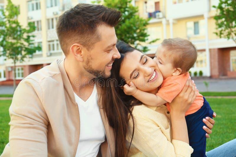 Счастливая семья с прелестным маленьким младенцем стоковое изображение