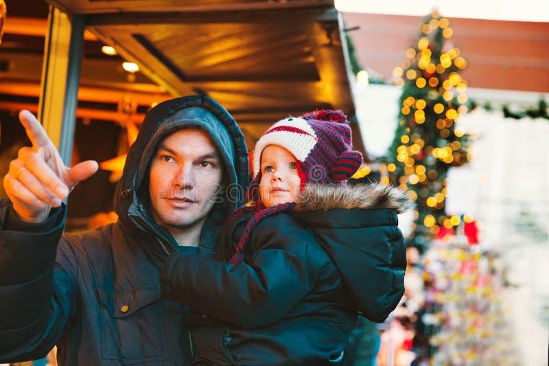 Счастливая семья тратит время на праздниках рождества и Нового Года стоковое фото rf
