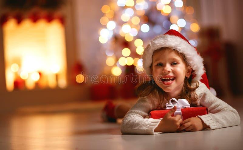 Счастливая смеясь над девушка ребенка с подарком на рождество стоковые фотографии rf