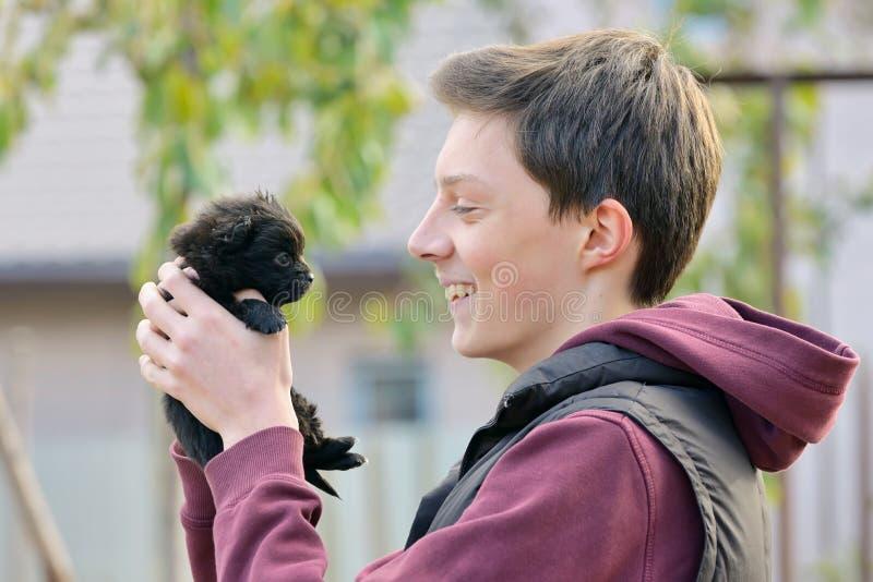 Счастливая собака мальчика и щенка стоковые фотографии rf