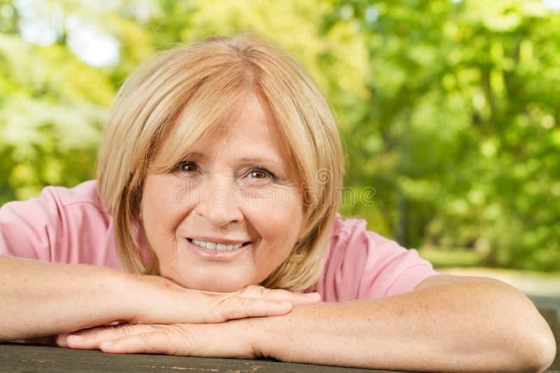 счастливая старая женщина outdoors стоковые изображения rf