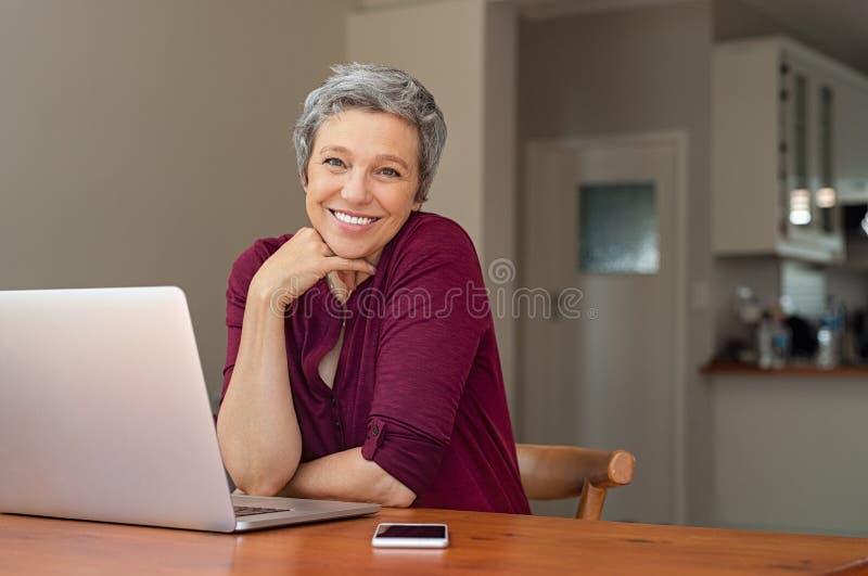 Счастливая старшая женщина дома стоковые изображения