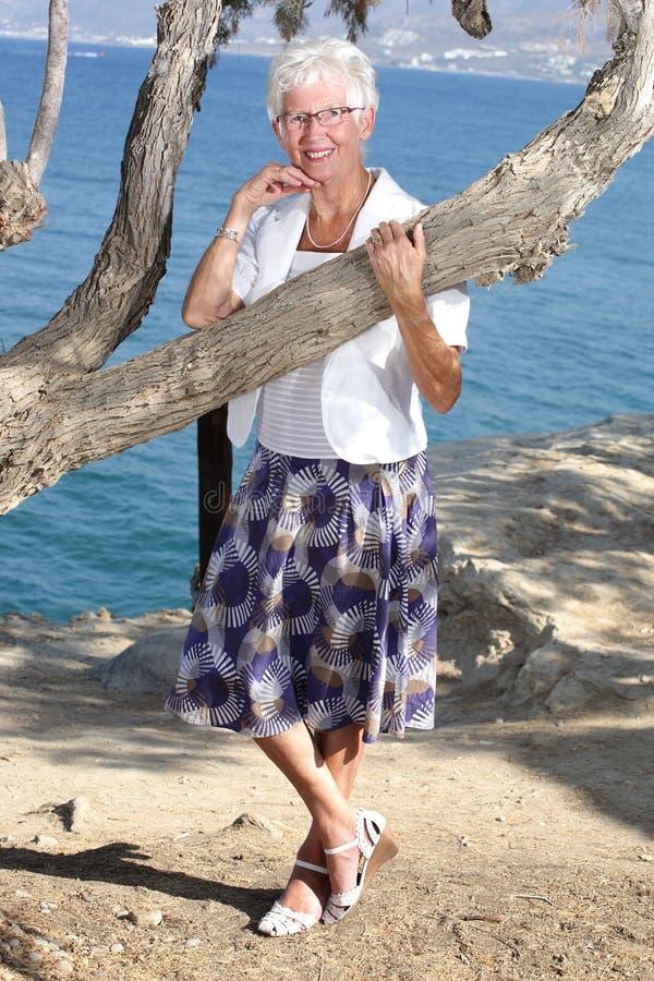 Download счастливая старшая женщина стоковое изображение. изображение насчитывающей свобода - 6868003