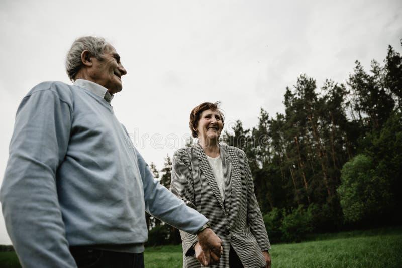 Счастливая старшая семья наслаждаясь тратящ время совместно стоковое изображение