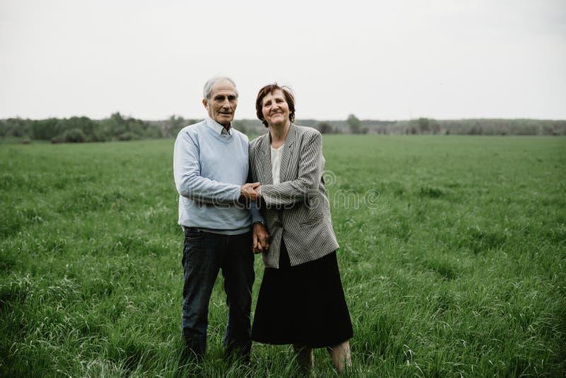 Счастливая старшая семья наслаждаясь тратящ время совместно стоковые фото